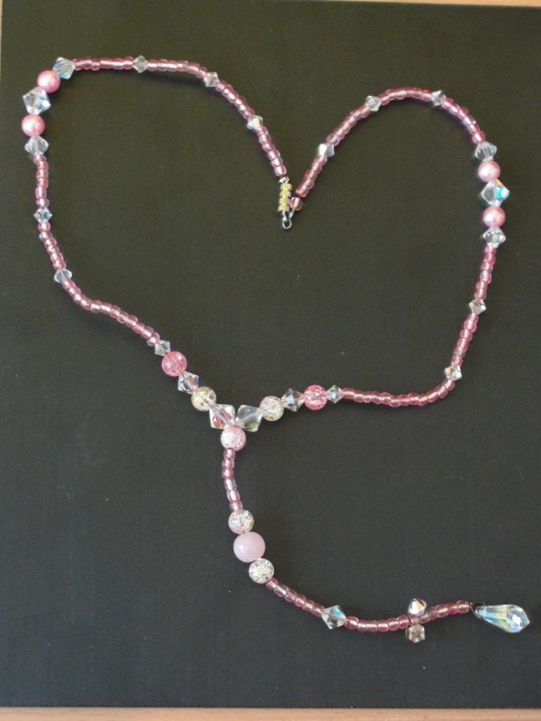 ketting met roze en doorzichtige kralen